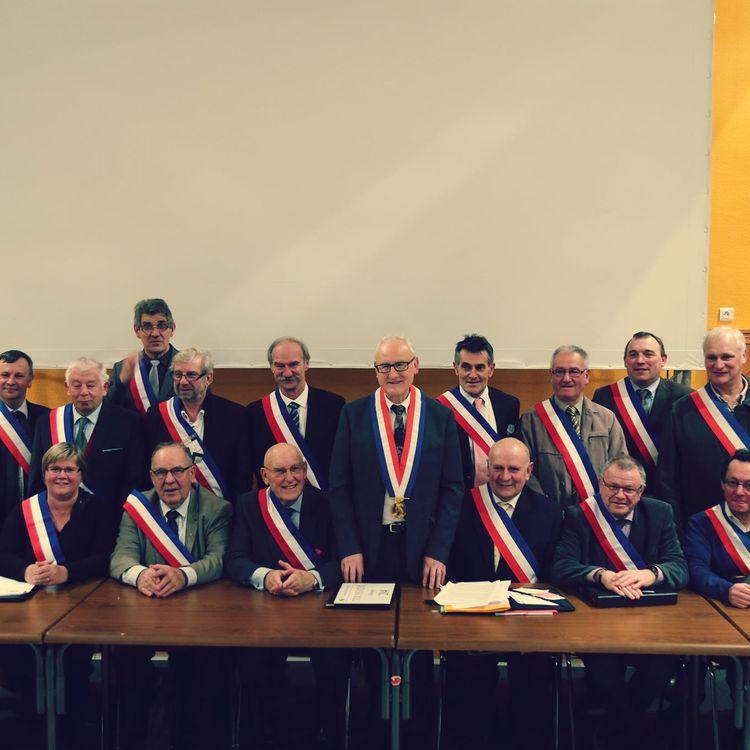 Le maire de la commune nouvelle de Petit Caux (Seine-Maritime), Patrick Martin (debout, au centre), entouré de ses 17 maires délégués. (ATMOSPHERE TV)