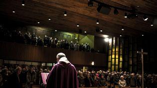 Le père Eric de Nattes célèbre une messe, le 7 novembre 2016 àSainte-Foy-lès-Lyon (Lyon). (JEFF PACHOUD / AFP)