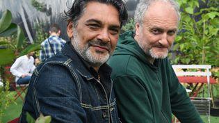 """Steph et Paulo, du groupe """"Les Négresses Vertes"""", sont les invités du Monde d'Elodie. (FRED TANNEAU / AFP)"""