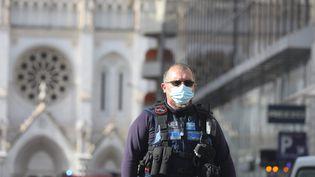 Un policier devant la basilique Notre-Dame de Nice où s'est déroulé une attaque au couteau jeudi 29 octobre 2020. (CYRIL DODERGNY / MAXPPP)