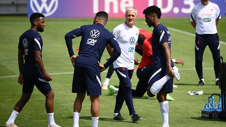 Les Bleus et Didier Deschamps à l'entraînement, le 16 juin (FRANCK FIFE / AFP)