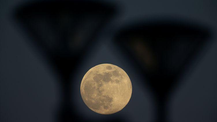 La pleine Lune dans le ciel de Minsk (Biélorussie), le 10 avril 2017. (VASILY FEDOSENKO / REUTERS)