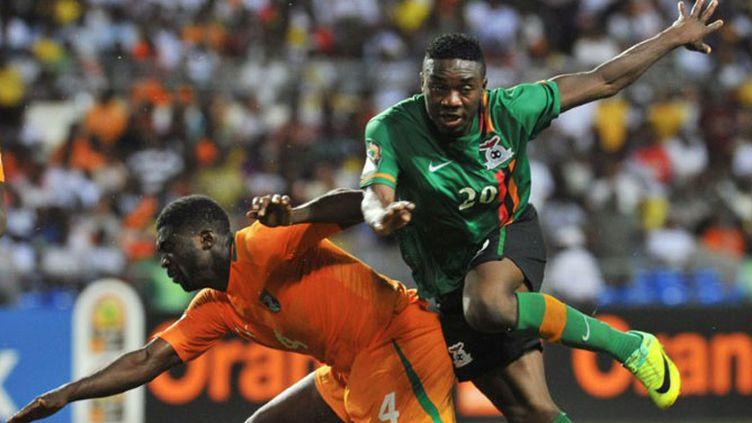 L'Ivoirien Kolo Touré et le Zambien Emmanuel Mayuka à la lutte pour la balle