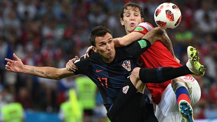L'attaquant croate Mario Mandzukic face à la défense russe, en quarts de finale de la Coupe du monde, le 7 juillet 2018 à Sotchi (Russie). (ALEXANDER VILF / SPUTNIK / AFP)