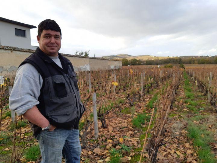 Gilles Gelin, viticulteur au domaine des Nugues à Lancié (Rhône), dans ses vignes, le 16 novembre 2020. (GUILLAUME GAVEN / RADIO FRANCE)
