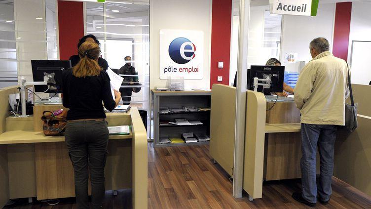 Des personnes patientent dans une agence Pôle emploi à Montpellier (Hérault), le 24 octobre 2013. (PASCAL GUYOT / AFP)