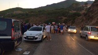 L'altercation a provoqué attroupements et mouvements de foule, à Sisco (Haute-Corse), dans la soirée du samedi 13 août 2016. (CLAUDIA LEDEZERT / FRANCE 3 CORSE VIASTELLA)