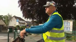 Un tour de France à vélo pour trouver du travail. C'est l'initiative originale d'un senior venu des Vosges qui a sillonné le pays durant deux mois et demi. Un périple qui s'achève mardi 18 juin à Paris. (FRANCE 2)