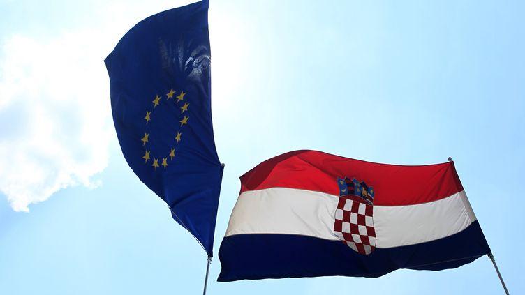 Les drapeaux de l'Union européenne et de la Croatie dans la vieille ville de Zagreb, le 19 juin 2013. (ANTONIO BRONIC / REUTERS)