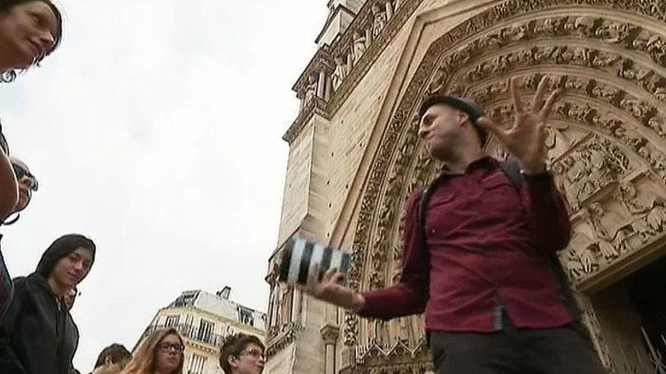 La visite insolite de Paris au travers de ses grandes histoires criminelles conduite par Andréa Ruggiero passe par les gargouilles de Notre Dame  (France 3)