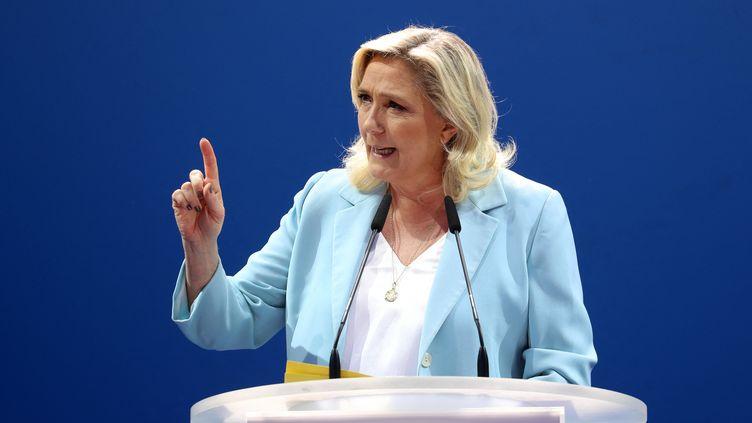Marine Le Pen donne un discours lors de l'université d'été du Rassemblement national, à Fréjus (Var), le 12 septembre 2021. (VALERY HACHE / AFP)