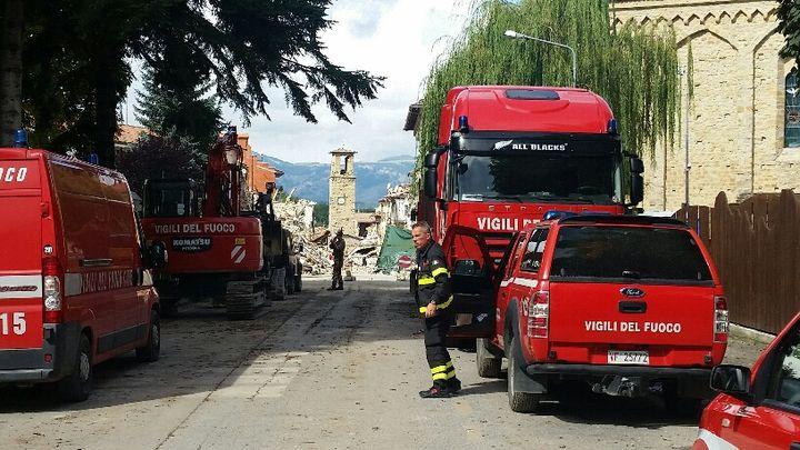 Les pompiers sont toujours à l'œuvre dans les décombres de la zone rouge pour établir la viabilité des maisons. (RADIO FRANCE / MATHILDE IMBERTY)