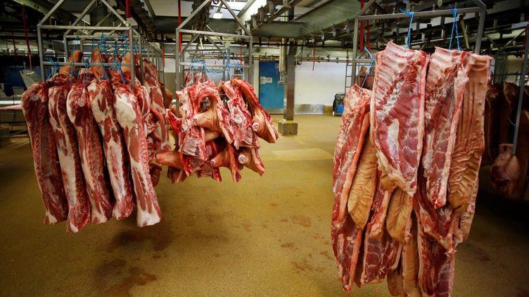 Des carcasses dans un abattoir, en juillet 2018. (Photo d'illustration) (CHARLY TRIBALLEAU / AFP)