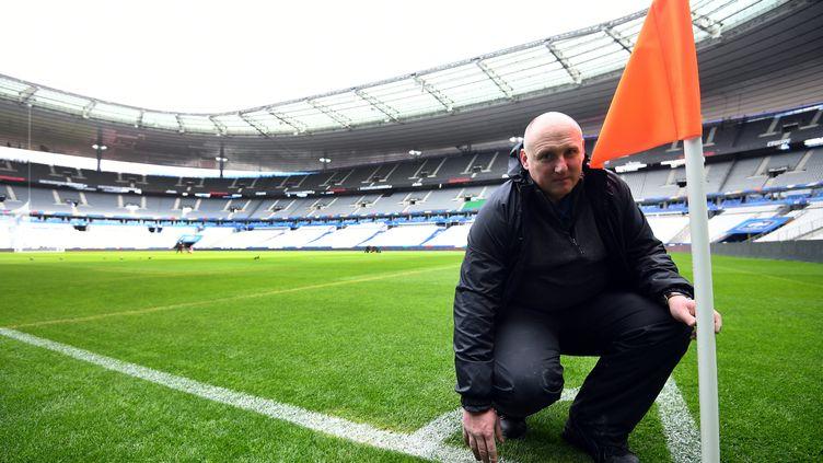 Tony Stones, le responsable pelouse du stade de France, aura moins de 24 heures pour remettre en état l'herbe du terrain, avec ses équipes. Ici, en mars 2016. (FRANCK FIFE / AFP)