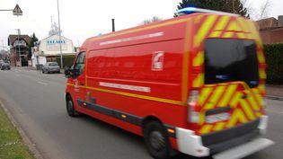 Des agresseurs armés ont attaqué une ambulance des pompiers qui transportait à l'hôpital, mercredi 24 juin 2015, en Haute-Savoie, un homme blessé. (MAXPPP)