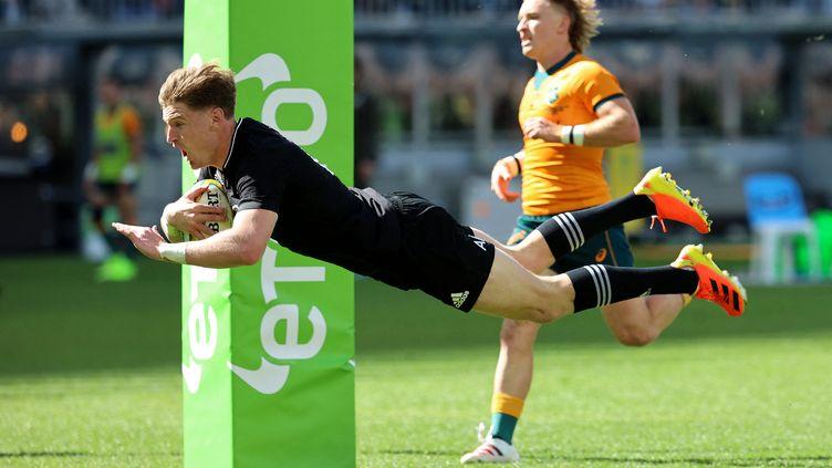Le Néo-ZélandaisJordie Barrettplonge dans l'en-but australien lors de la large victoire des All Blacks à Perth, le 5 septembre. (TREVOR COLLENS / AFP)