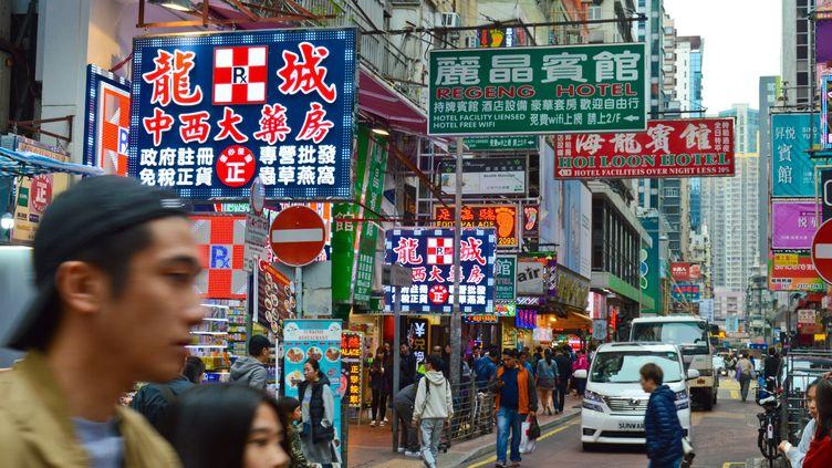 Une rue commerçantesituée dansla mégalopole de Hong Kong, en décembre 2018. (JEAN-LUC FL?MAL / MAXPPP)