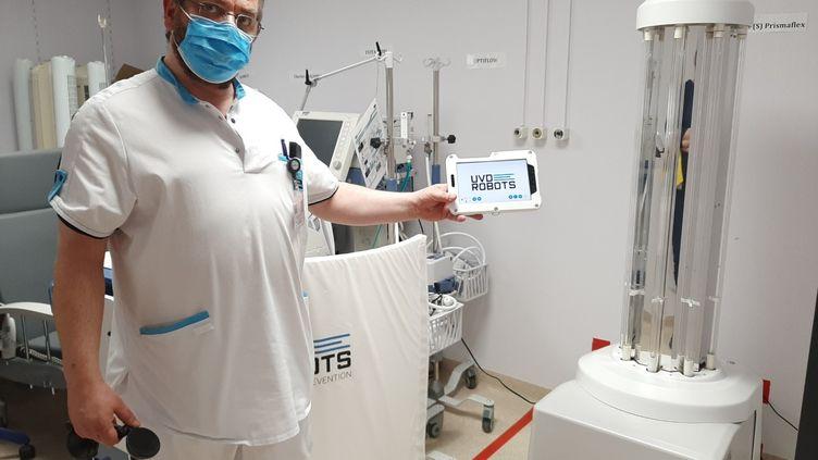 Jean-Michel Rullaaert, infirmier en chef, et sa tablette qui commande le robot. (ANGELIQUE BOUIN / RADIO FRANCE)
