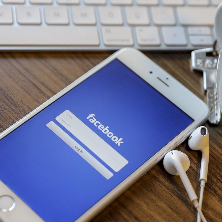 Un utilisateur se connecte à Facebook sur son téléphone, le 24 octobre 2017, à Ankara (Turquie). (AYTAC UNAL / ANADOLU AGENCY / AFP)