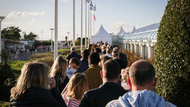 La queue à Deauville pour une projection du 46e festival de cinéma américain, le 5 septembre 2020 (LOU BENOIST / AFP)