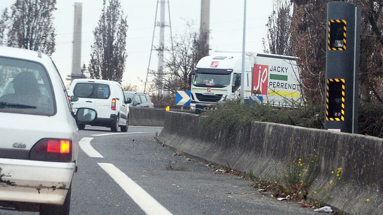 (Un radar double sens sur la départementale 301 dans le Rhône © MaxPPP)