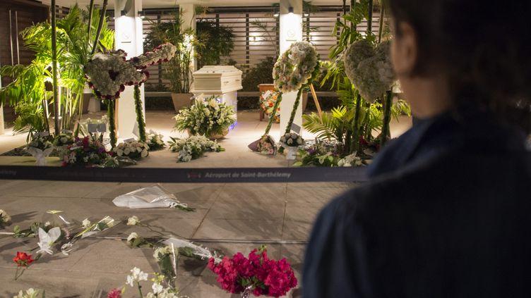 La dépouille de Johnny a été acheminée au funérarium de Saint-Jean où a été organisée une veillée publique  (Helene Valenzuela / AFP)