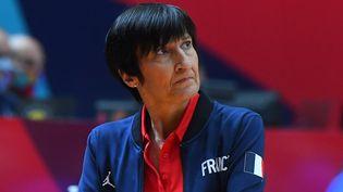 Après huit ans à la tête de l'équipe de France féminine de basket, Valérie Garnier a été évincée par la fédération (photo prise le 26 juin 2021 lors de l'Eurobasket). (JOSE JORDAN / AFP)