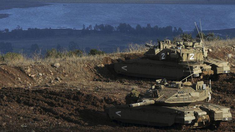 Chars israéliens sur les hauteurs du Golan, au-dessus d'un village syrien (12-1-2012). (Reuters - Avihu Shapira)