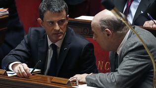Manuel Valls, le Premier ministre, aux côtés du ministre des Relations avec le Parlement, Jean-Marie Le Guen, le 17 février 2016, à l'Assemblée nationale. (THOMAS SAMSON / AFP)