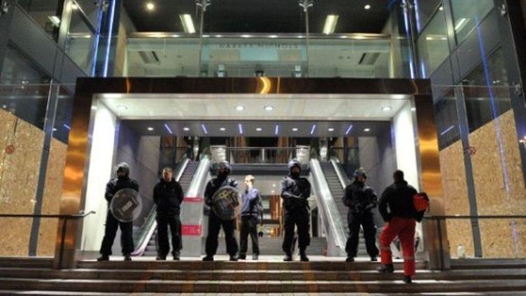 Les policiers montent la garde devant un complexe commercial et hôtelier à Birmingham, le 9 août 2011. (AFP - Paul Ellis)