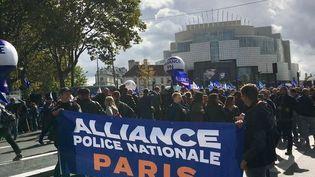 Des policiers manifestent le 2 octobre 2019 à Paris. (GUILLEMETTE JEANNOT / FRANCEINFO)