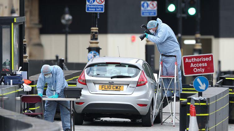 La police scientifique inspecte la Ford Fiesta qui a fauché des piétons faisant trois blessés, à Londres, le 14 août 2018. (DANIEL LEAL-OLIVAS / AFP)