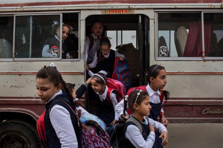 Ouest de Mossoul, Irak, novembre 2018. Des écolières arrivent dans une école récemment rouverte. Pour de nombreux étudiants, c'est la première fois qu'ils peuvent aller à l'école depuis des années. (© Nicole Tung)