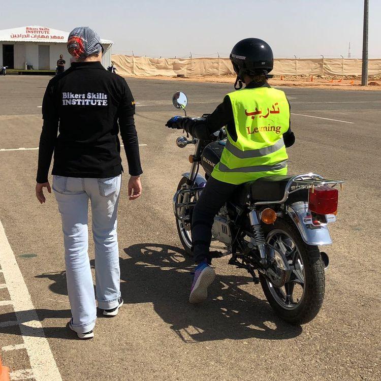 Elena Bukaryeva, 39 ans, instructrice de moto (à gauche), se tient à côté d'une élève sur le circuit du Bikers Skills Institute, à Riyad (Arabie saoudite). (BIKERS SKILLS INSTITUTE / TOUS DROITS RÉSERVÉS)