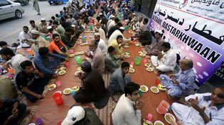 Un rassemblement religieux, le 27 avril 2021, àPeshawar, au Pakistan, pendant la pandémie de Covid-19. (BILAWAL ARBAB / EPA)