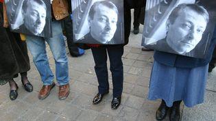 Une manifestation de soutien à Cesare Battisti en mars 2004 à Paris. (MAXPPP)