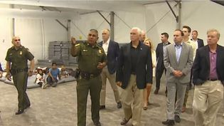 Capture écran de la vidéo Youtube de CBS Evening news de la visite de Mike Pence dans un centre de migrants, le 13 juillet 2019. (CBS EVENING NEWS/YOUTUBE)