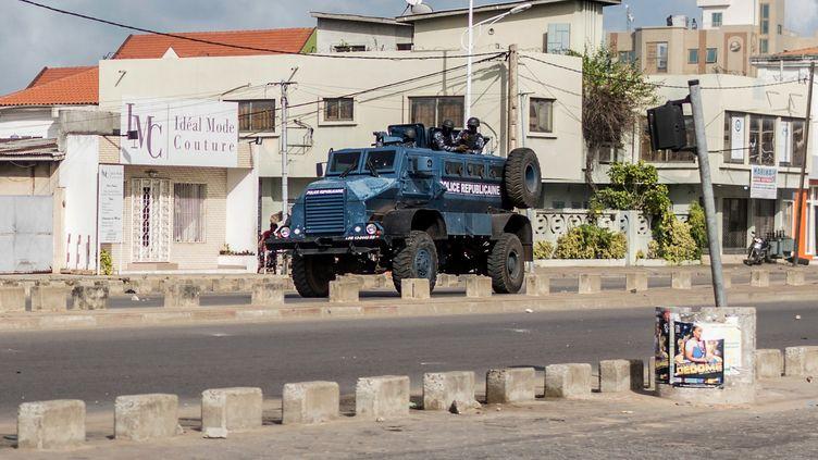 Un engin de la police patrouille à Cotonou, le 1er mai 2019. La ville reste placée sous haute surveillance en attendant l'installation de la nouvelle Assemblée nationale. (YANICK FOLLY / AFP)