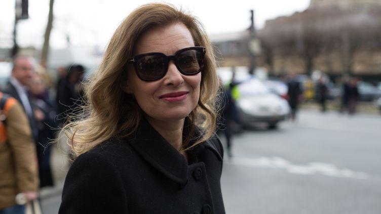 La journaliste Valérie Trierweiler se rend à un défilé, lors de la Fashion Week de Paris, le 28 février 2014. (VINCENT EMERY / CITIZENSIDE / AFP)