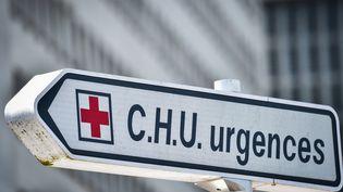 Un panneau indiquant le service des urgences de l'hôpital de Nantes, en avril 2019. (LOIC VENANCE / AFP)