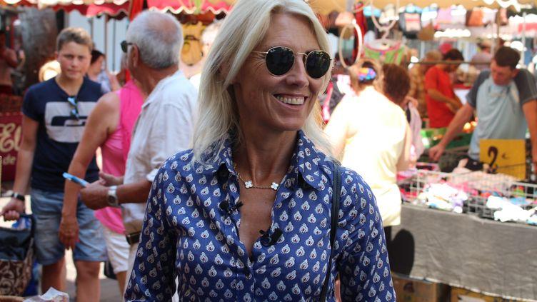 Marie Sara, candidate LREM, sur le marché du Grau-du-Roi (Gard), le 13 juin 2017. (ROBIN PRUDENT / FRANCEINFO)