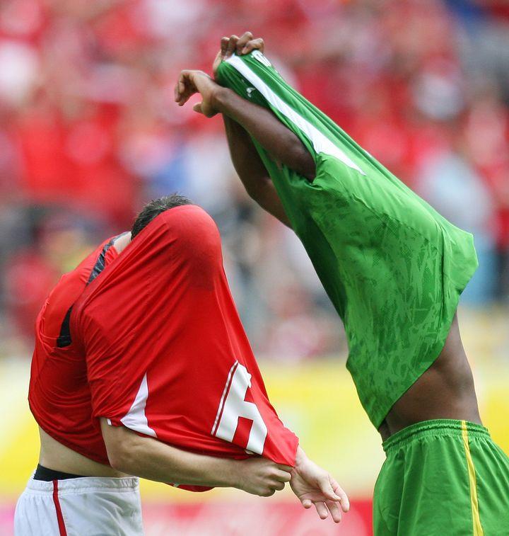 Le Suisse Alex Frei échange son maillot avec le Togolais Robert Malm après leur match de poules de la Coupe du monde, le 19 juin 2006, à Dortmund (Allemagne). (PASCAL LAUENER / REUTERS)