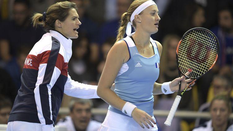 La joueuse française Kristina Mladenovic à côté d'Amélie Mauresmo (PATRICK HERTZOG / AFP)