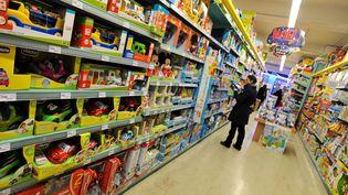 Une femme fouille dans les rayons à la recherche d'un jouet pour Noël, le 6 décembre 2012. (MAXPPP)
