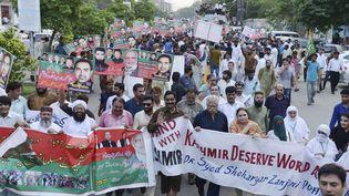 Des manifestants marchent contre la décision de l'Inde de révoquer l'autonomie du Cachemire, à Lahore (Pakistan), le 5 août 2019. (RANA SAJID HUSSAIN / PACIFIC PRESS)
