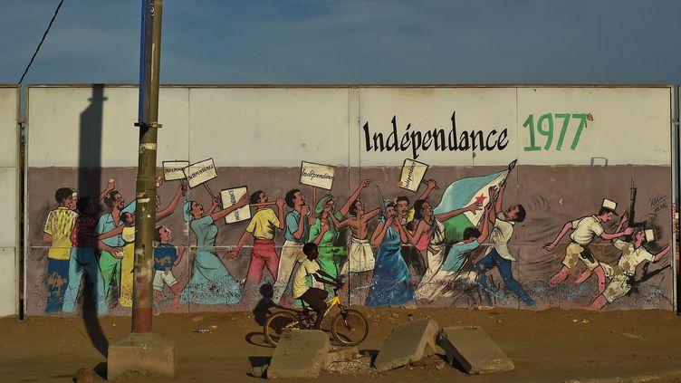 Un mur de la ville de Djibouti, photographié en 2015, célèbre l'accession à l'indépendance de cette colonie française. Indépendance obtenue le 27 juin 1977. (CARL DE SOUZA / AFP)