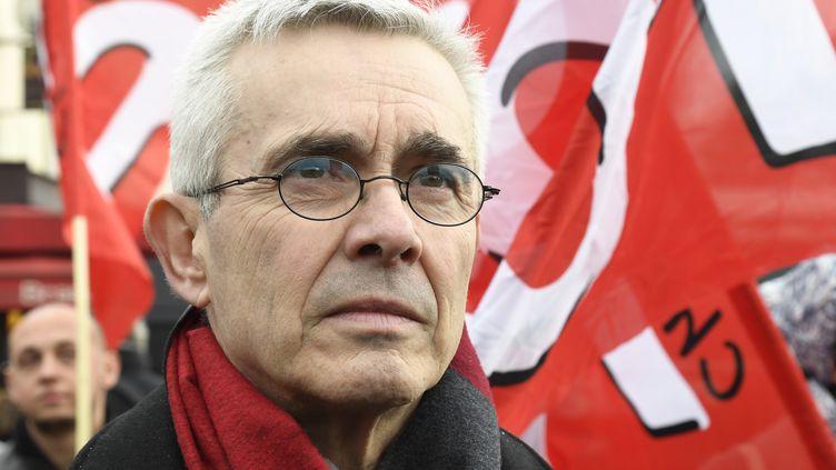 Yves Veyrier, le chef de file de Force ouvière, lors d'une manifestation devant le ministère de l'Economie, à Paris, le 15 janvier 2020. (BERTRAND GUAY / AFP)