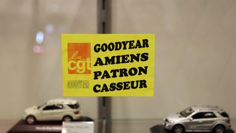 Un autocollant hostile à la direction de Goodyear collé lors du Salon de l'automobile, le 8 octobre 2010 à Paris. (JOEL SAGET / AFP)