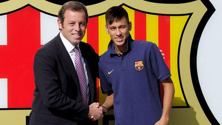 L'ex président du FC Barcelone Sandro Rosell aux côtés du Brésilien Neymar