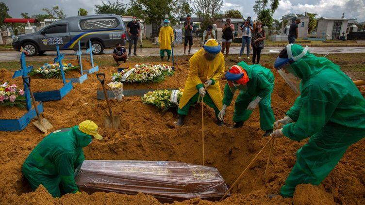 Une victime du Covid-19 est enterrée dans un cimetière de Manaus, au Brésil, le 13 janvier 2021. (MICHAEL DANTAS / AFP)